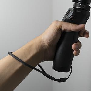 光学7倍ズーム手持ちジンバルOSMO+の本体にストラップを装着