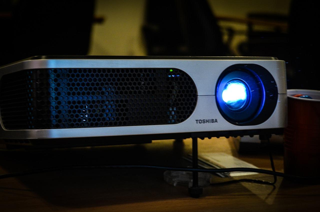 プロジェクターの明るさはどのくらい必要?