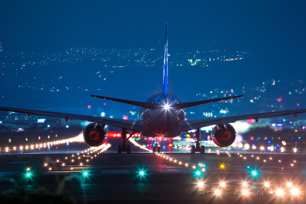伊丹空港撮影の滑走路にて離陸準備中の飛行機