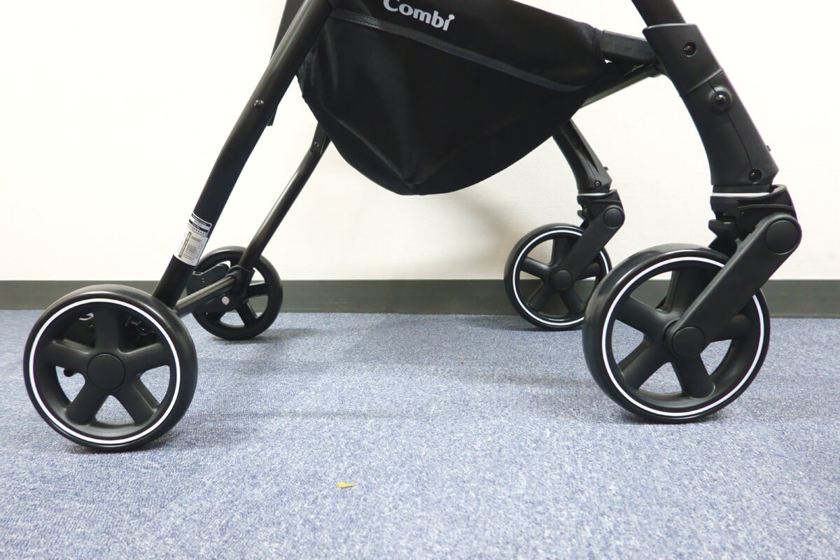 コンビのベビーカーAttO(アット)の特長 18㎝大型前輪タイヤ&独自のフレームで片手でも押しやすい
