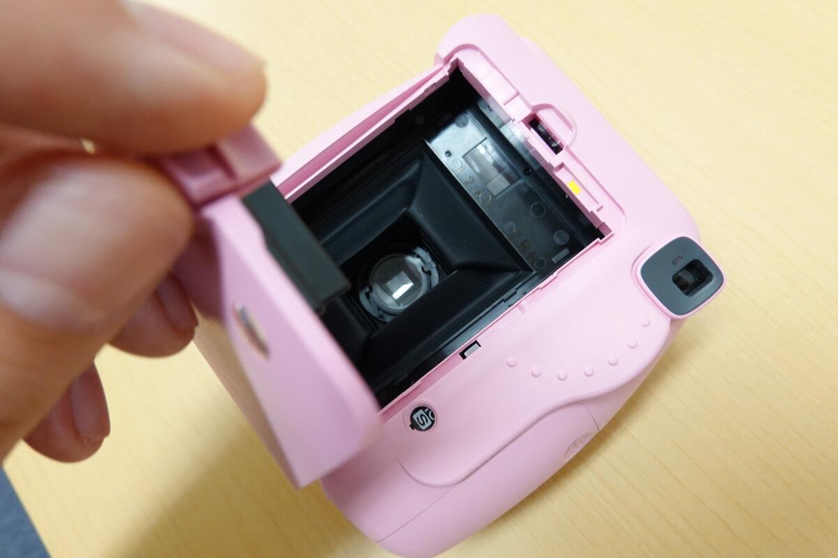 スタンダードなチェキinstax mini8+の基本的な使い方 STEP2. チェキinstax専用フィルムを入れる