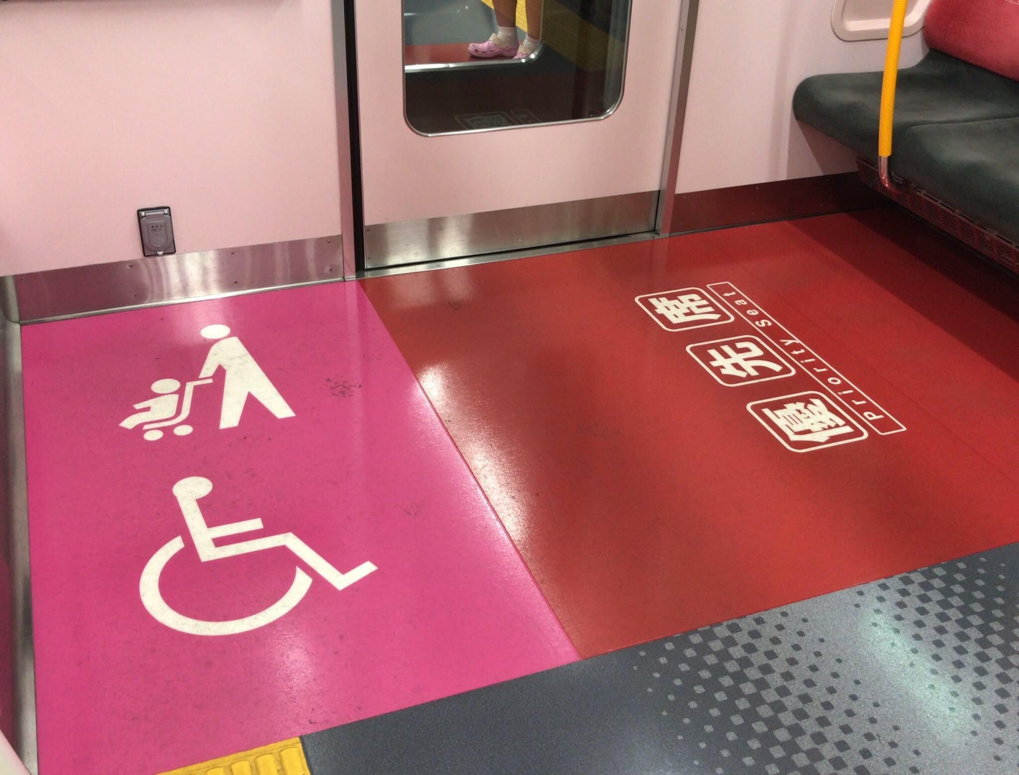ベビーカーで電車に乗る際のマナー 車いすスペースの広い場所を利用する