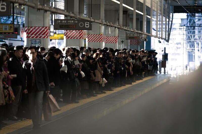 ベビーカーで電車に乗る際のマナー ラッシュの時間帯は避ける