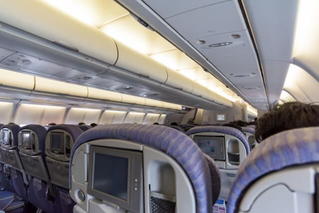 飛行機にベビーカーを乗せる2つの方法と注意点 1. 機内持ち込み