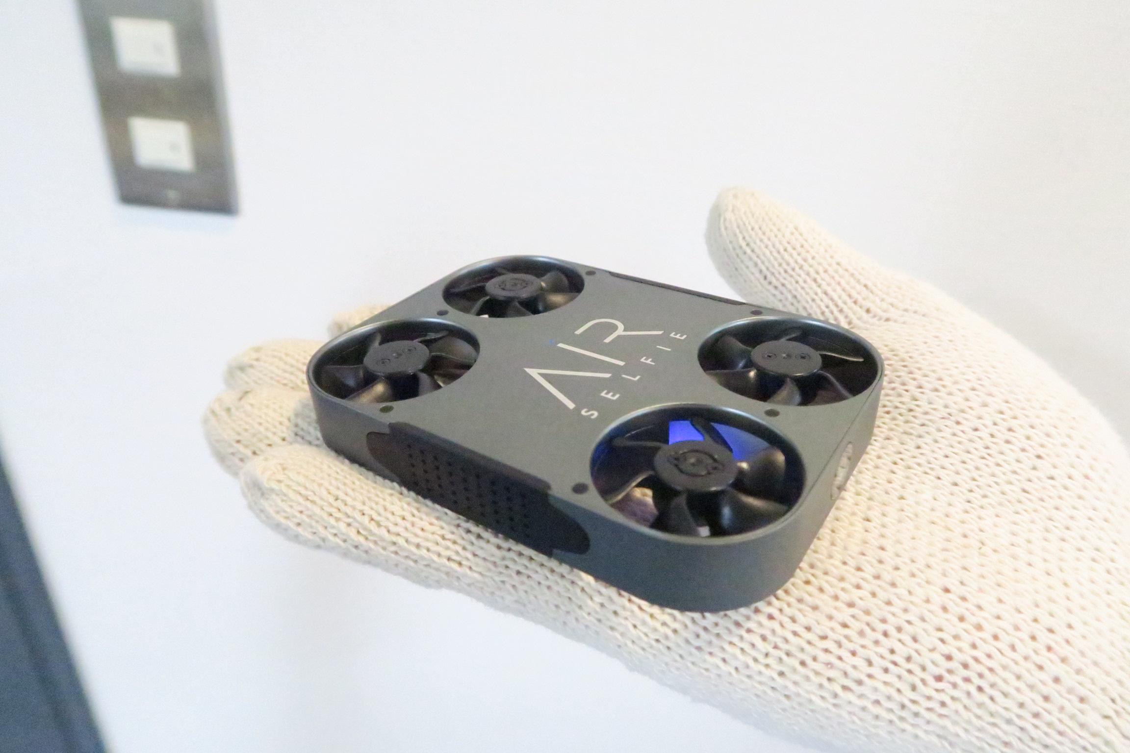 小型ドローン「AirSelfie 2」(エアーセルフィー)を実機レビュー!自撮りに最適な最新ドローン