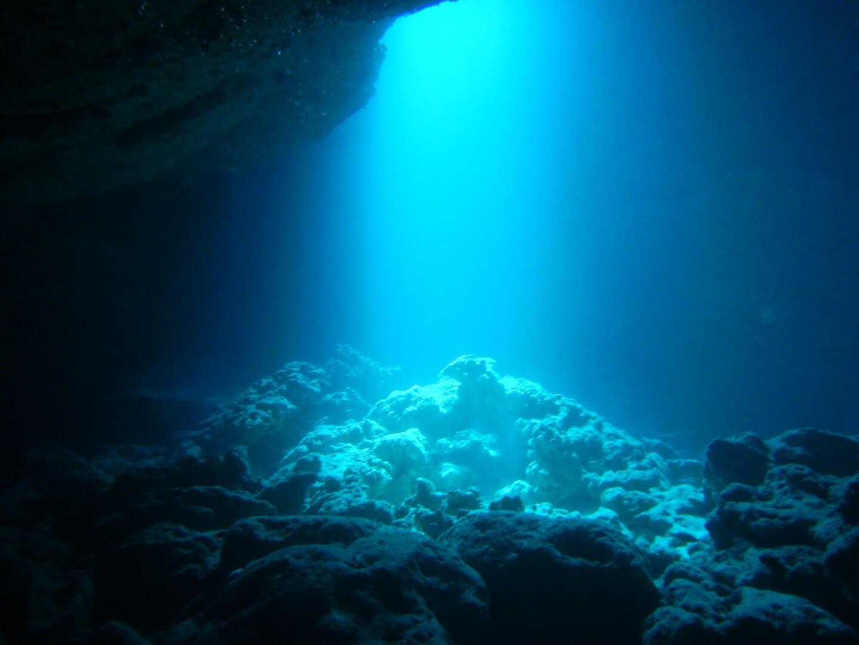 ダイビングに最適な水中カメラの選び方 暗い場所でも活躍するのは?レンズの開放F値