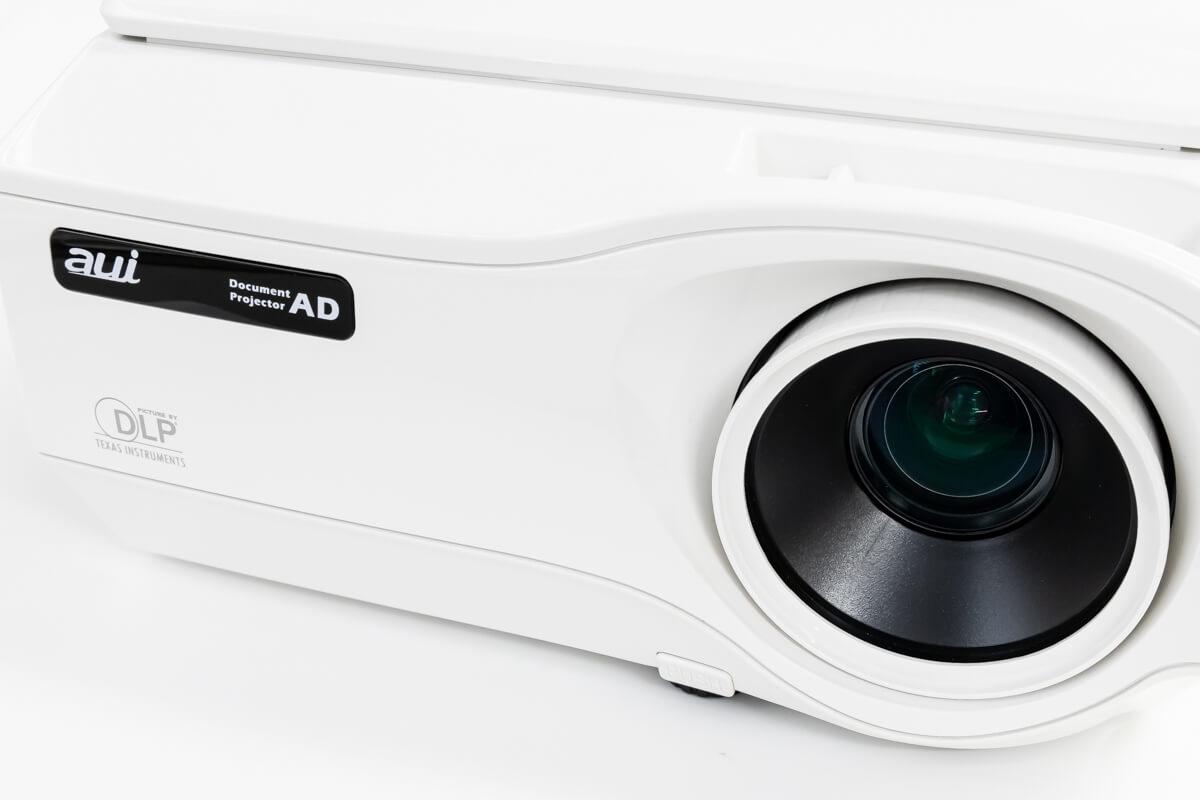 映したいものを載せるだけ「書画カメラ搭載プロジェクター」