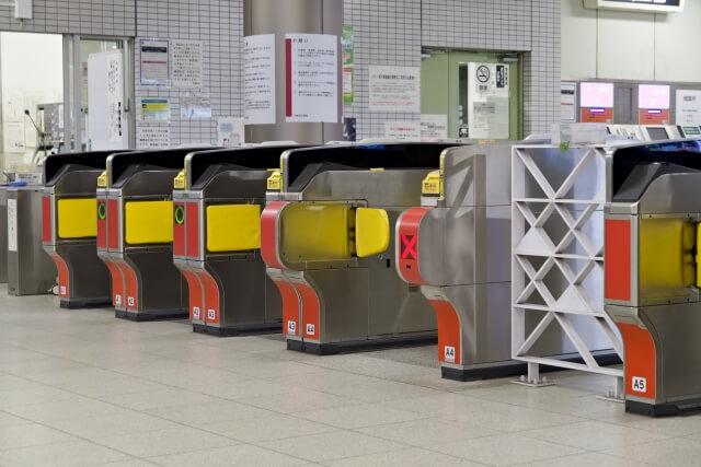 ペット連れでの電車の基本的な乗り方 必要に応じて改札で駅員さんのチェックと料金支払いをする