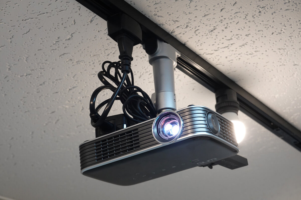 プロジェクターの簡単な天吊り方法を解説!天井穴あけ不要で賃貸もOK