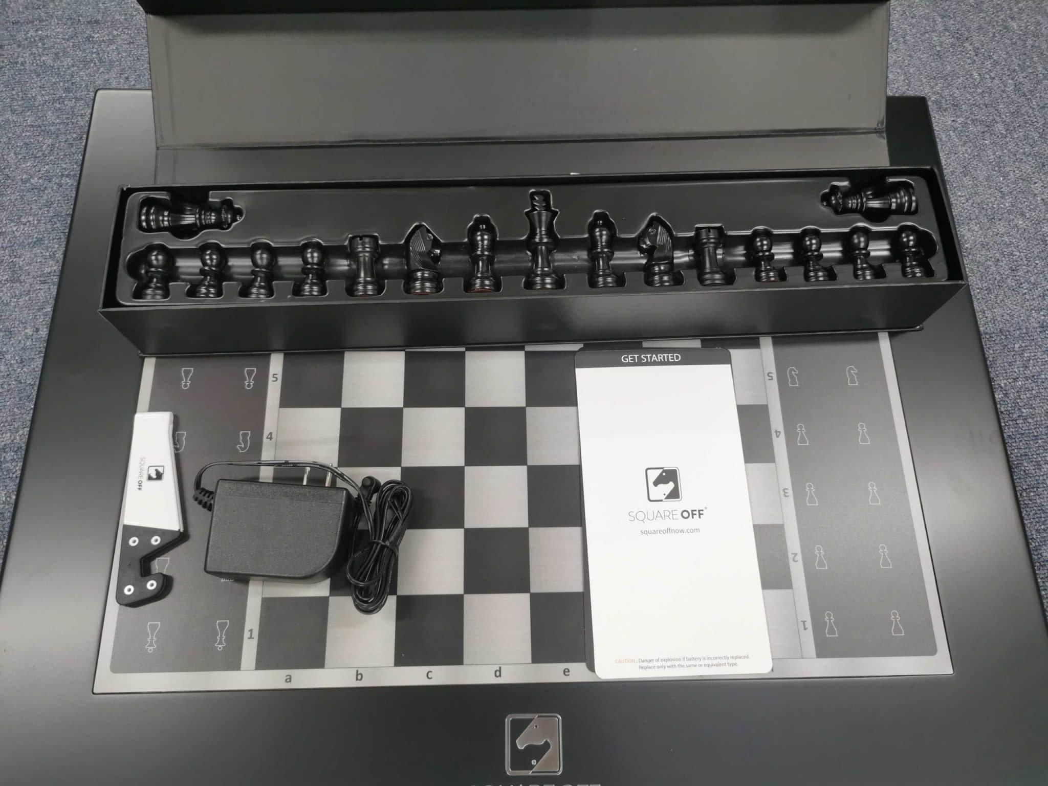 駒が魔法のように自動で動く?AI搭載スマートチェス盤「Square Off(スクエア オフ)」実機開封レビュー