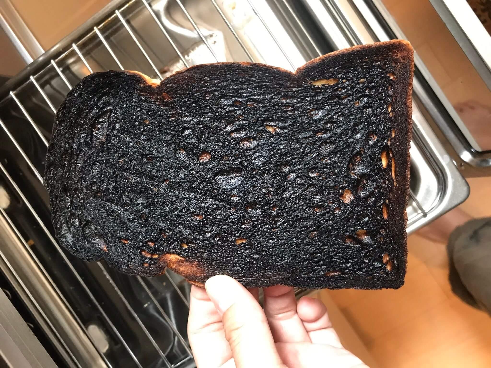魚焼きグリルで焼いて真っ黒に焦げたトースト