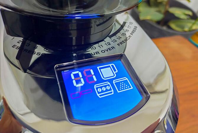 デロンギの電動コーヒーミル「デディカ KG521J-M」の液晶ディスプレイ