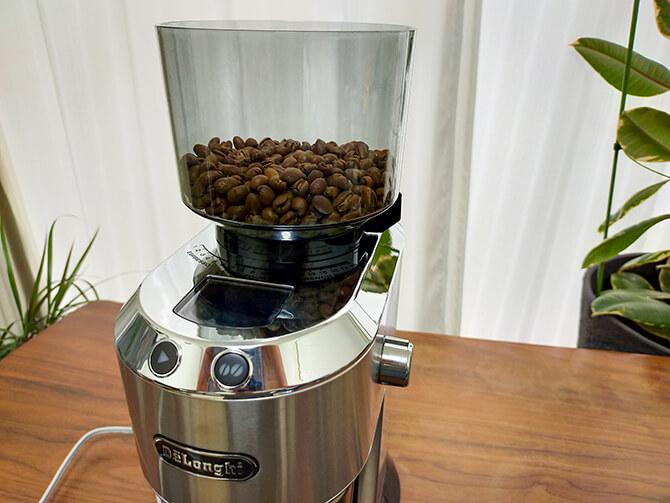 デロンギの電動コーヒーミル「デディカ KG521J-M」のホッパー