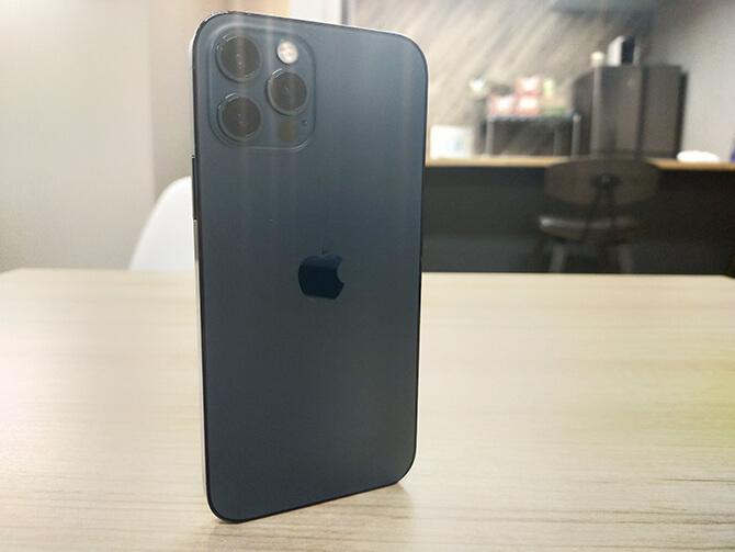 iPhone 12 Proは自立する