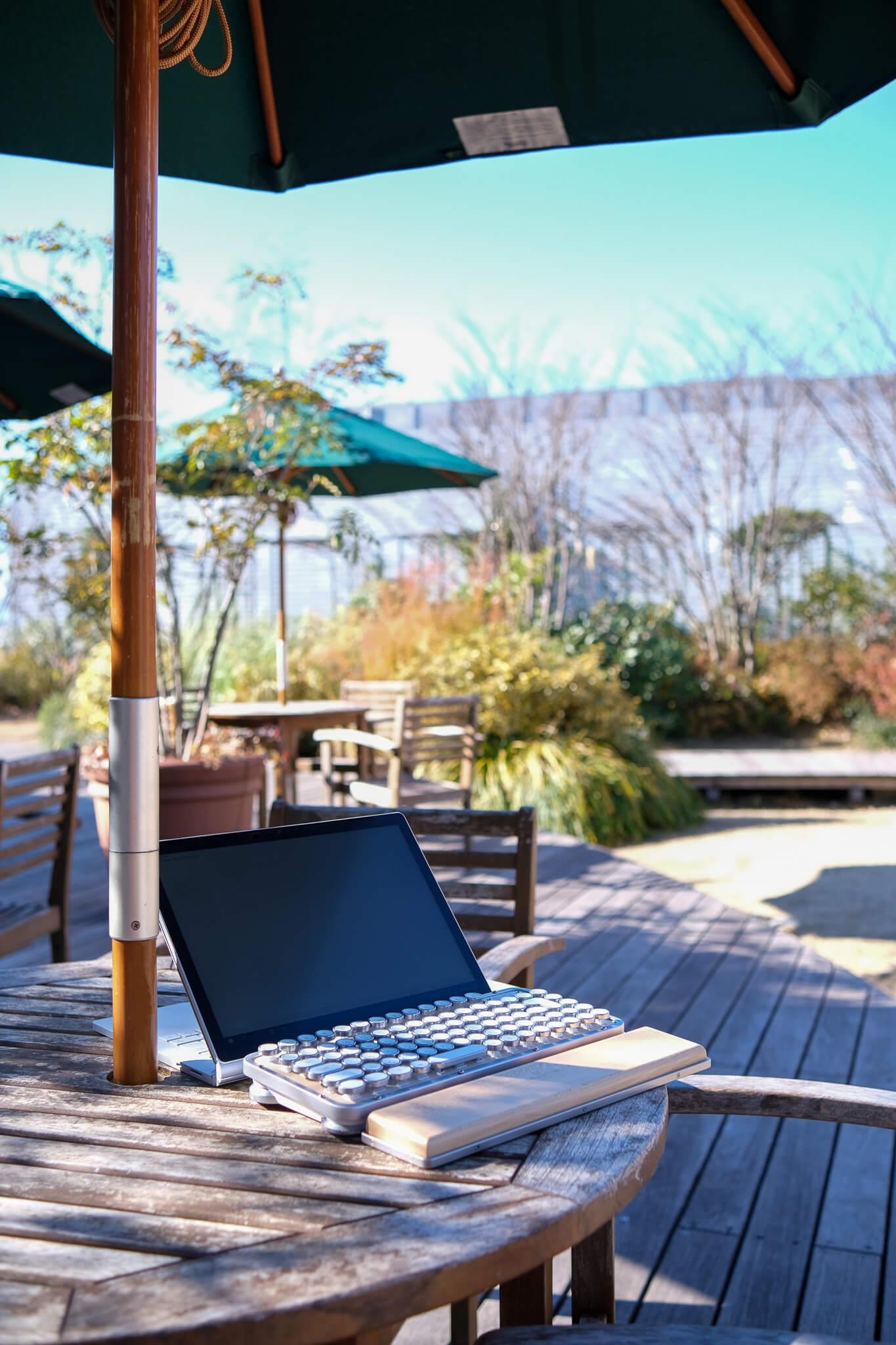 AZIOレトロクラシックキーボード PC接続〜使用までをレビュー AZIOレトロクラシックキーボードをカフェで使用