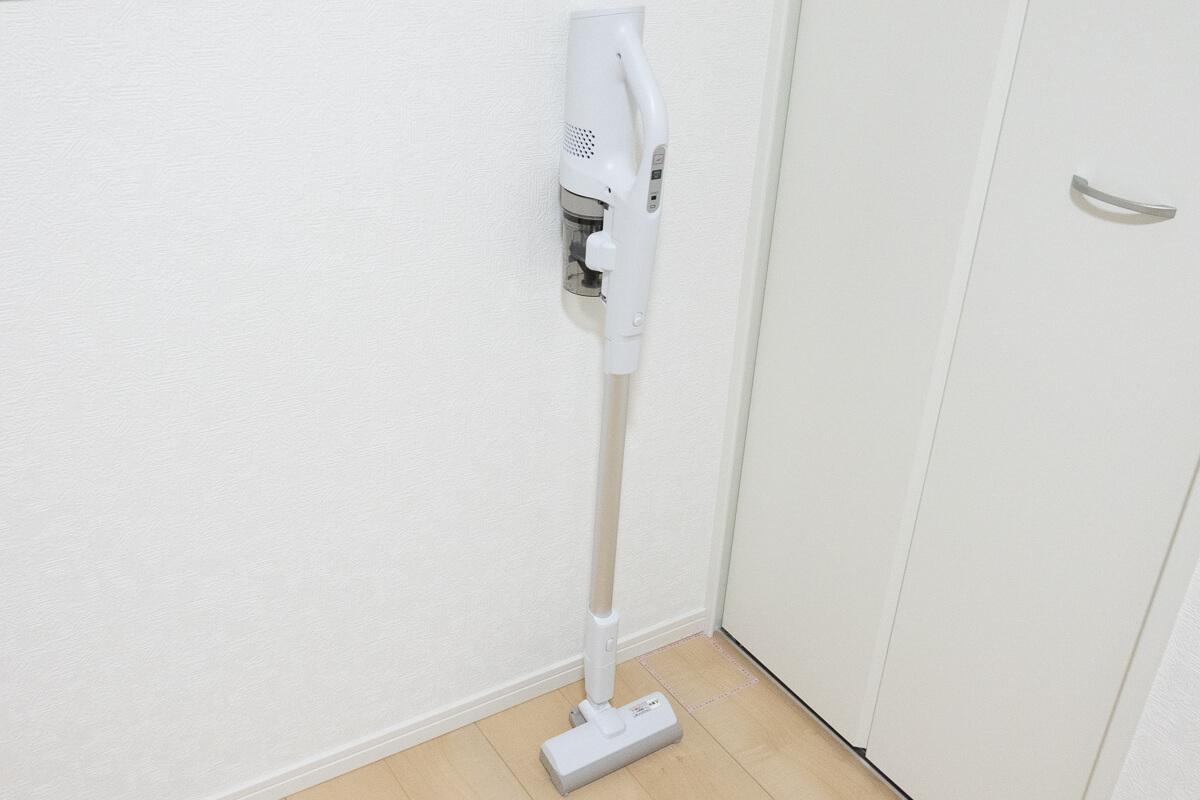 パナソニック「パワーコードレス MC-SB31J」の特長 壁ピタゴムで掃除中の立てかけもOK