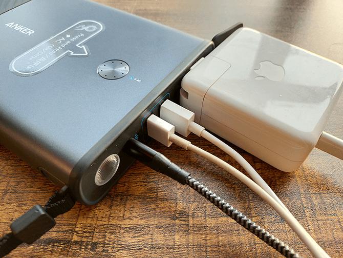 Anker PowerHouse 100は4台同時に充給電が可能