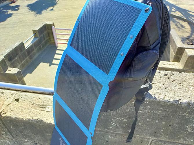 Anker PowerSolar Flex 3-Port 24Wのフックホール