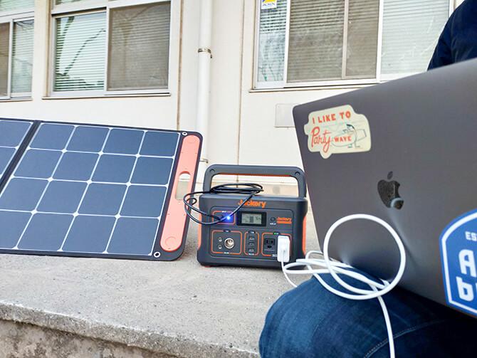 Jackery(ジャクリ)のポータブル電源700はパススルー充電可能