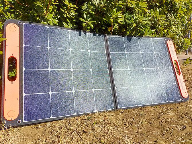 Jackeryのソーラーパネル100は折りたたみ式