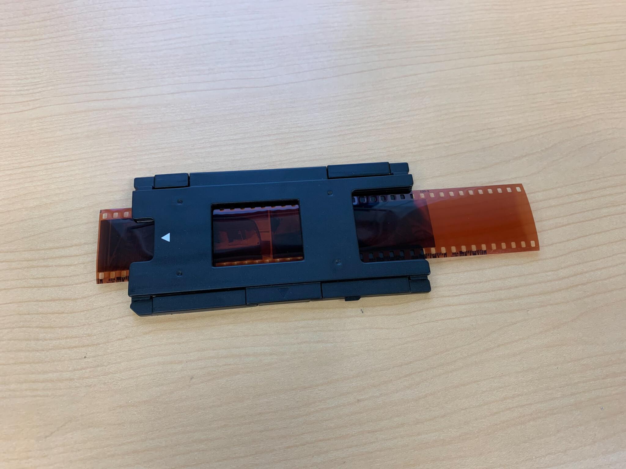 ケンコーのフィルムスキャナー KFS-14WSの135フィルム用アタッチメントにフィルムをセット