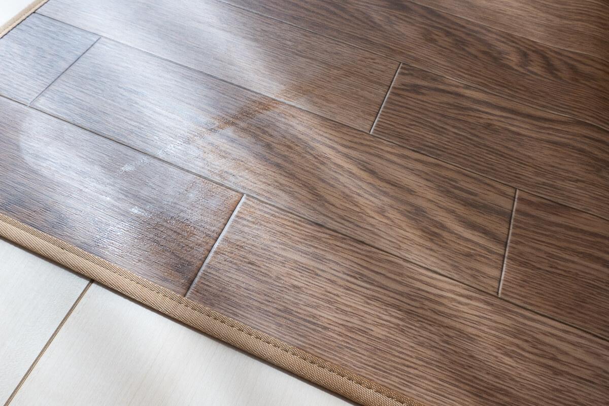 アイリスオーヤマのロボット掃除機を使った感想 ○ 水拭き後の床は素足で歩くと気持ち良い
