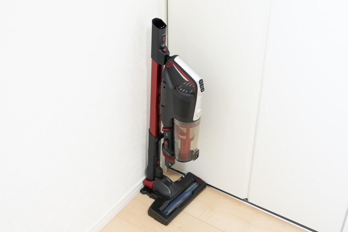 ペットと暮らすお家向けのコードレス掃除機 AQUA AQC-HF500 自立してコンパクトに収納