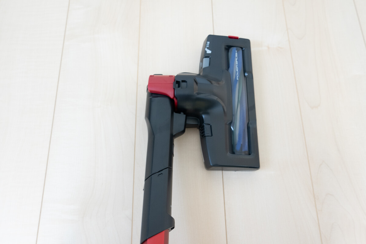 ペットと暮らすお家向けのコードレス掃除機 AQUA AQC-HF500 掃除しやすいフルフラット設計のヘッド