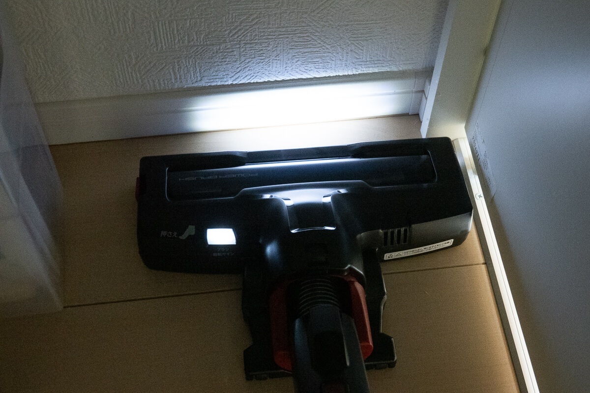 ペットと暮らすお家向けのコードレス掃除機 AQUA AQC-HF500 暗い場所でもゴミが見えるLEDライト
