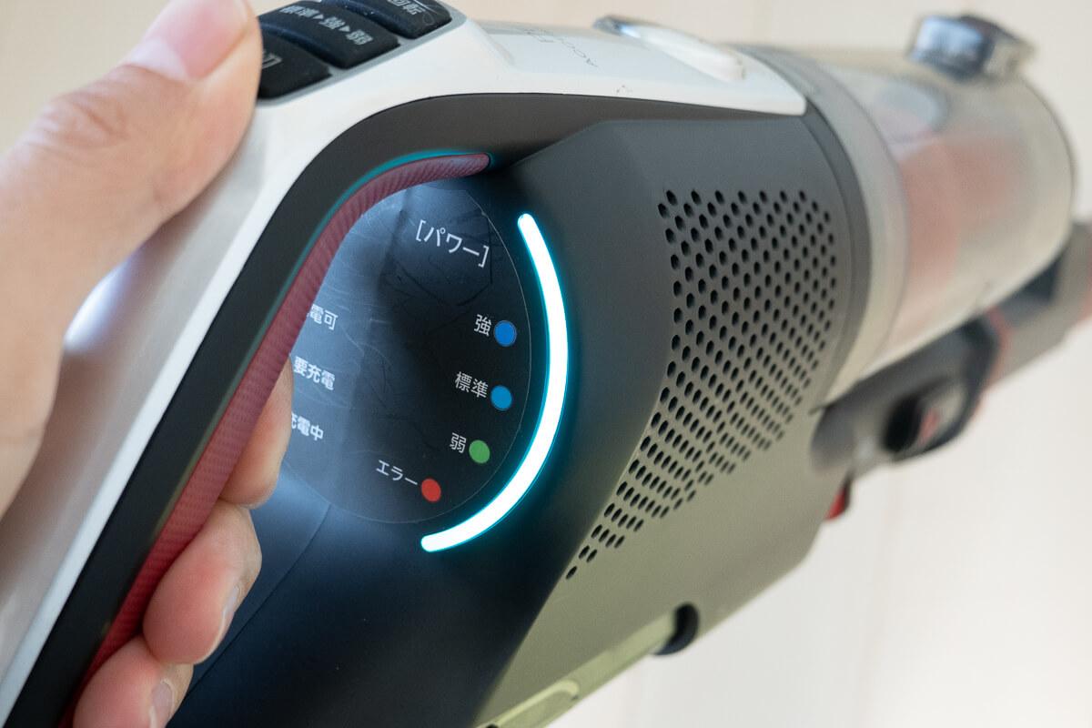 ペットと暮らすお家向けのコードレス掃除機 AQUA AQC-HF500 手元のLEDランプで電池残量とモードをお知らせ
