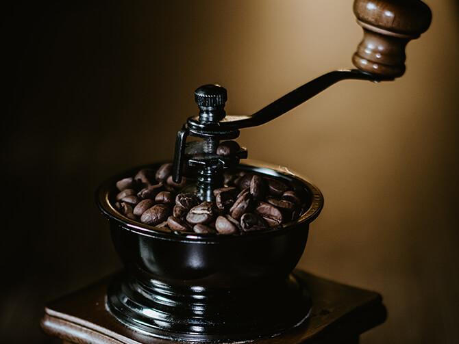 コーヒー手挽きミルは容量やサイズで選ぶ