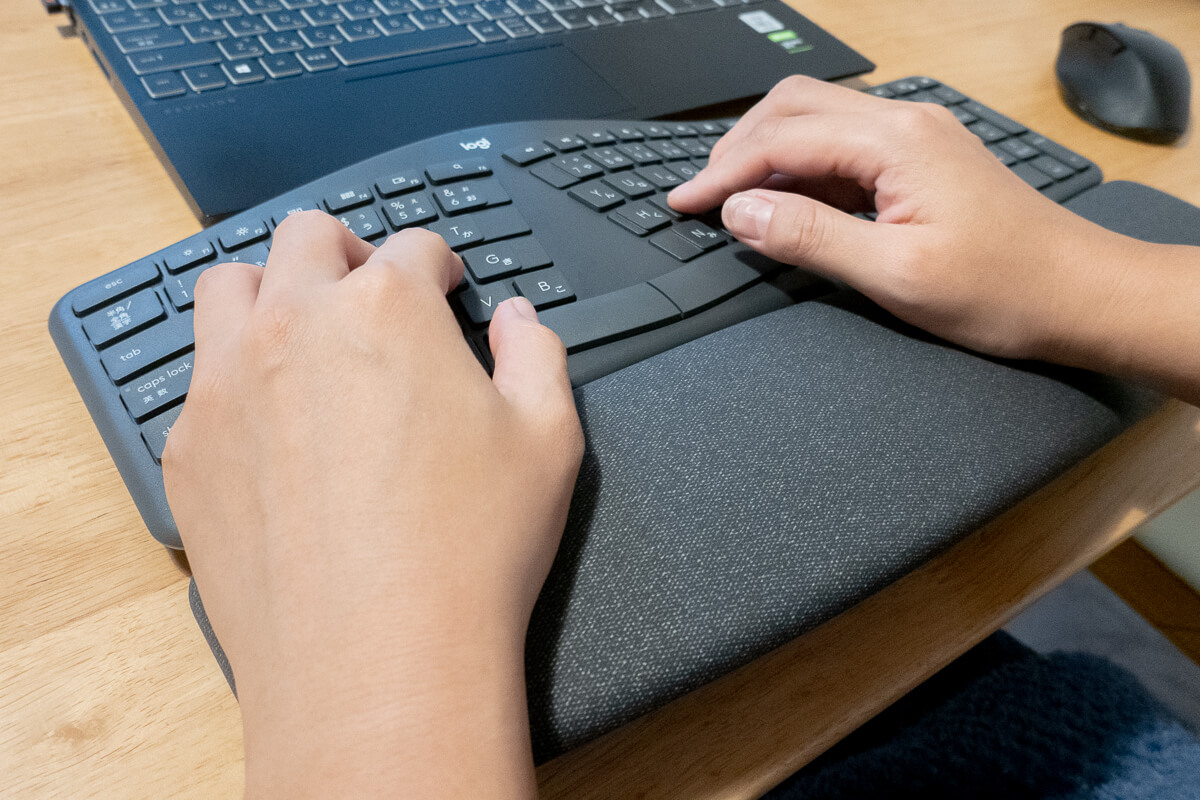 ロジクール「ERGO K860」使用レビュー!自然に楽な姿勢で作業できるエルゴノミックキーボード