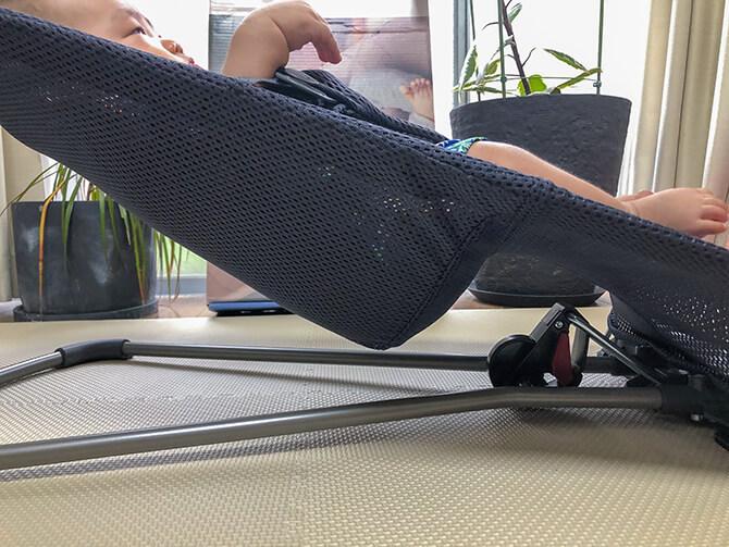 ベビービョルンのバウンサー Bliss Airは正しい姿勢で包み込む立体裁断